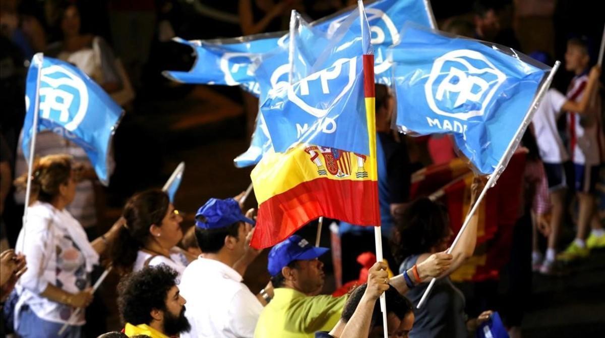 La milintancia y votantes del PP se reunieron en la noche del domingo en la madrileña calle Génova para celebrar la victoria