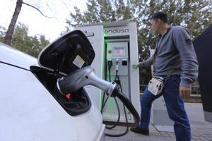Un hombre recarga su vehículo eléctrico en Poblenou.