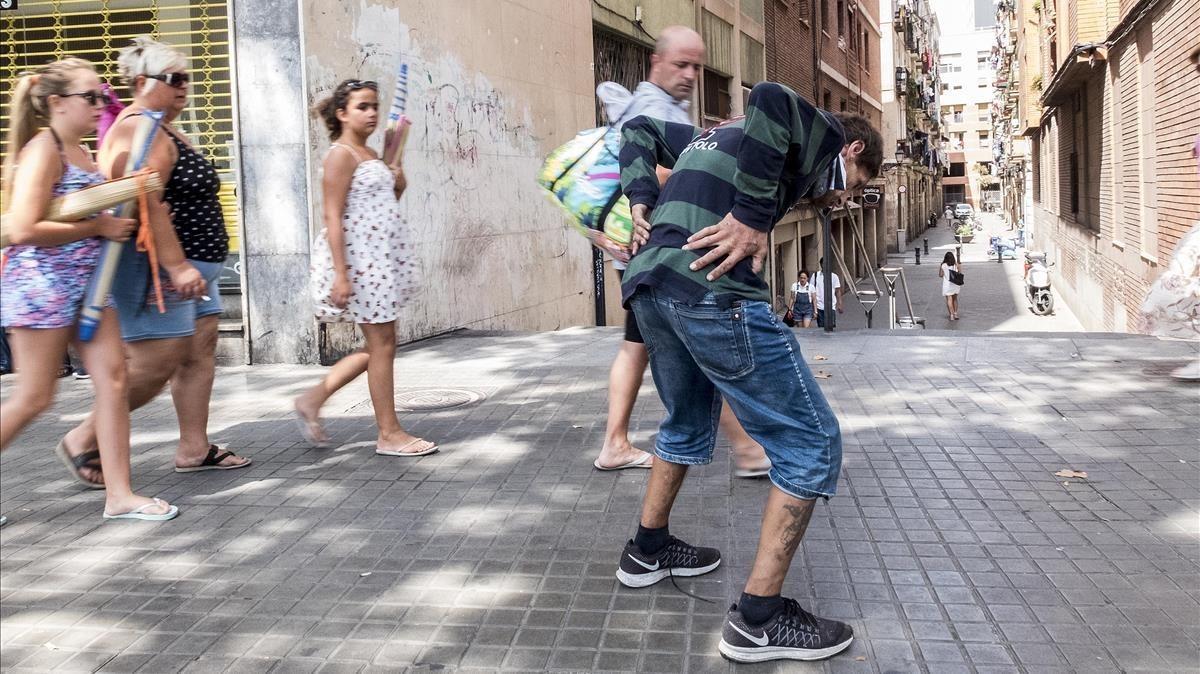 Turistas y heroinómanos, la postal más novedosa del Raval.