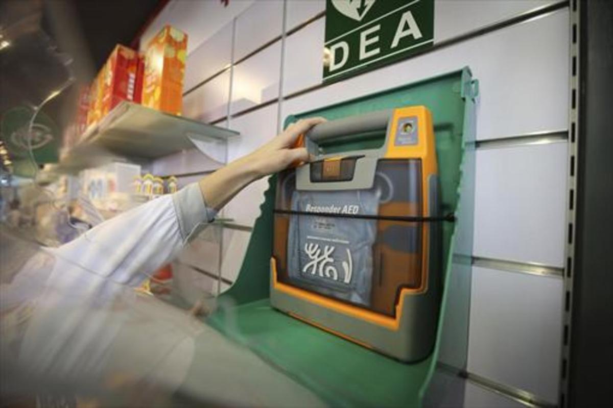 El desfibrilador disponible en la farmacia de la estación de Sants de Barcelona, en una imagen de archivo.