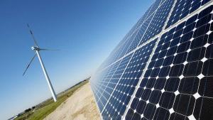 Placas solares y un molino de energía eólica.