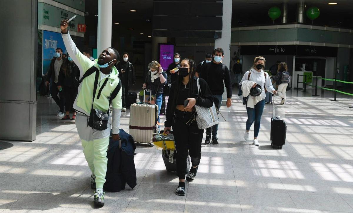 Los primeros turistas ingleses procedentes de Londres, esta mañana en el Aeropuerto del Prat.