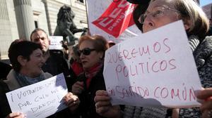 Dos mujeres muestran carteles contra los políticos, en una manifestación ante el Congreso para reclamarunas pensiones dignas, en el 2018.