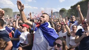 Seguidores franceses vibran con su selección en París.