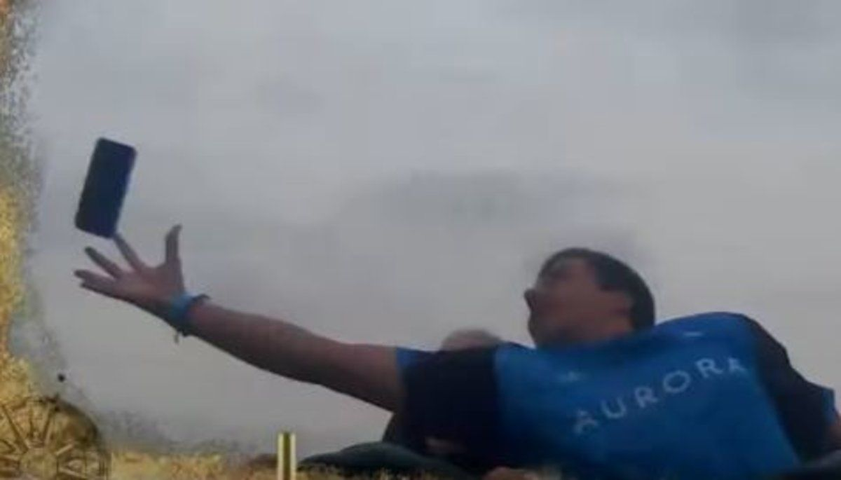 Vídeo   Atrapa un móvil al vuelo en una montaña rusa de PortAventura