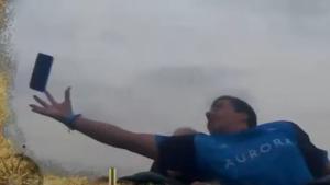 Vídeo | Atrapa un móvil al vuelo en una montaña rusa de PortAventura