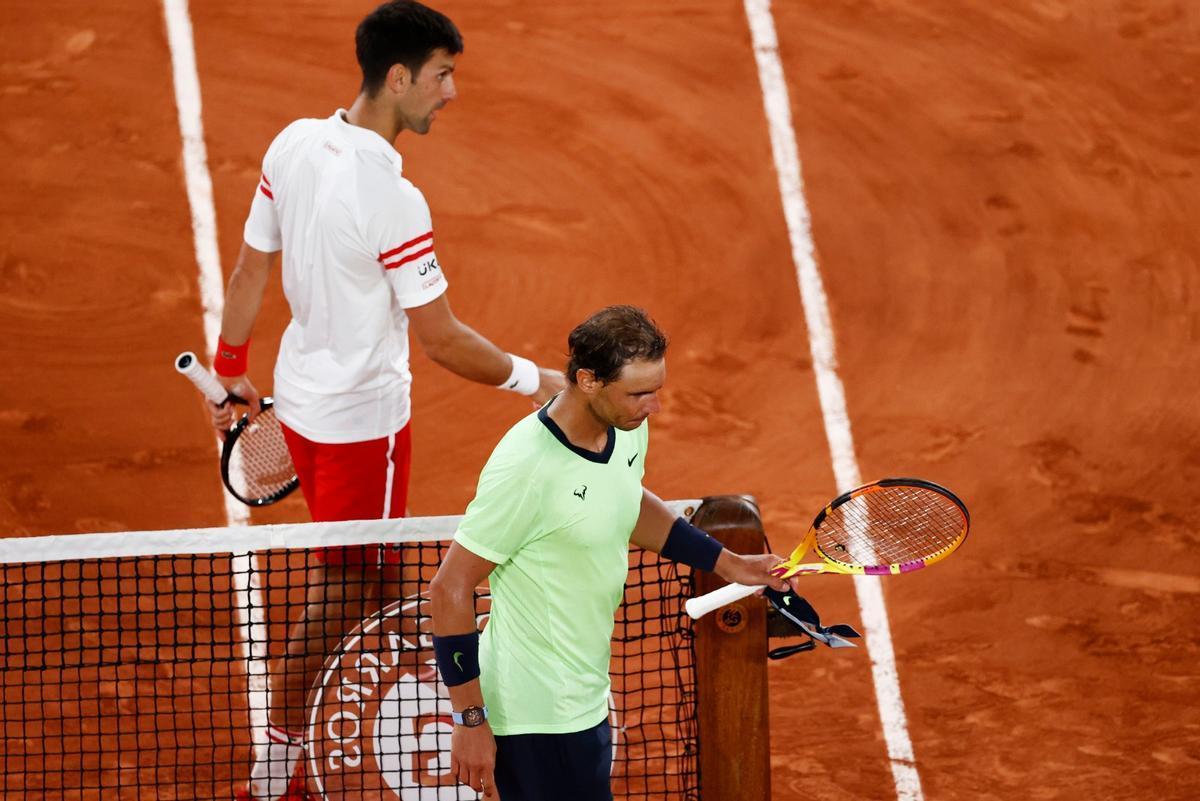 Djokovic y Nadal se cruzan en la pista.