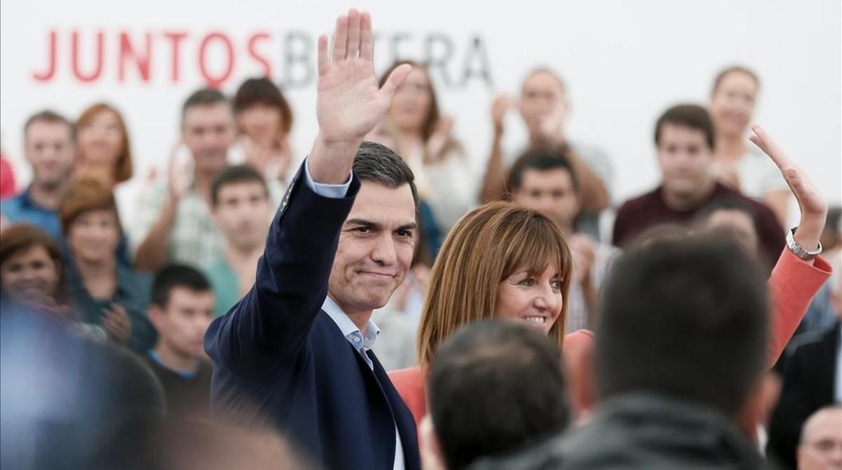 Pedro Sánchez y la candidata del PSOE a lendakari, Idoia Mendia, este sábado en San Sebastián.