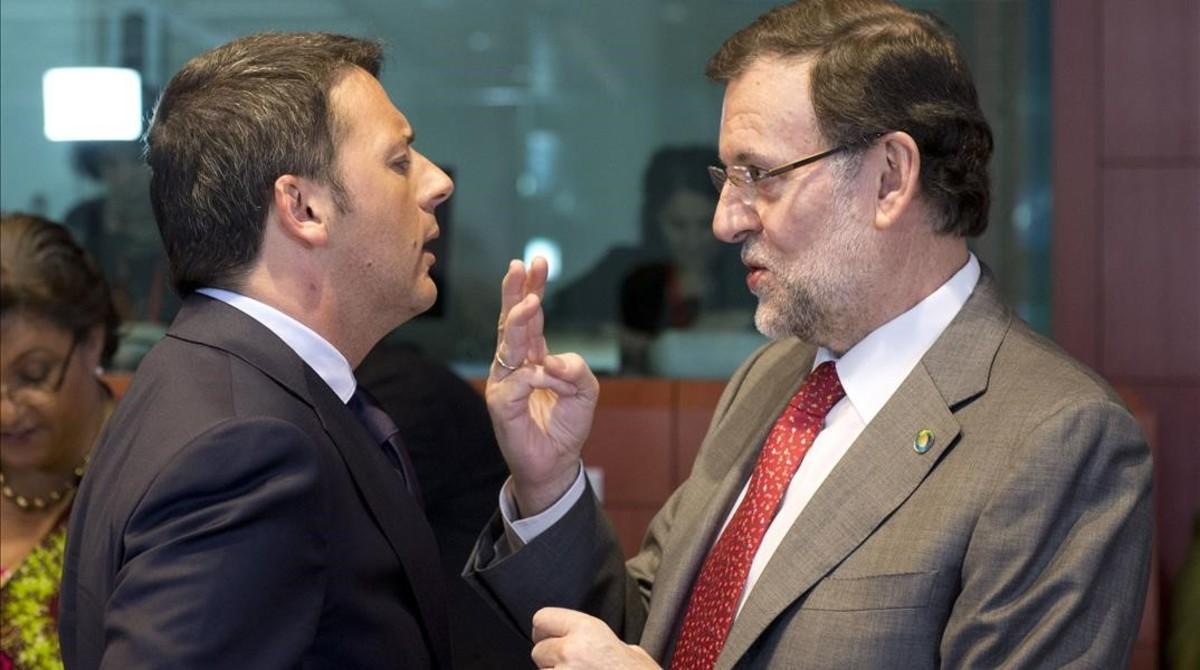 Renzi (izquierda) y Rajoy, antes del inicio de la cuarta cumbre UE-África, el 2 de abril del 2014, en Bruselas.