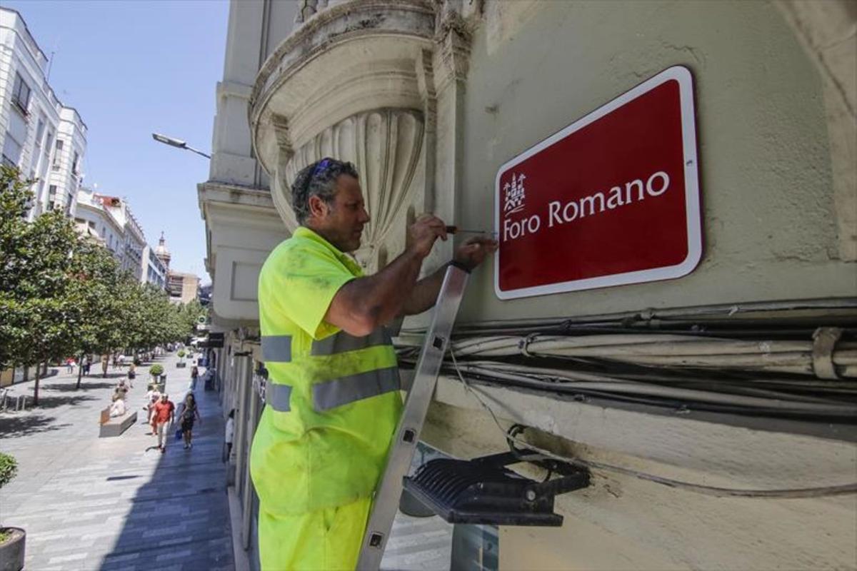 Cambio denombre de la calle cordobesaanteriormente denominadaJosé Cruz-Conde por el de Foro Romano, que ahora pasará a llamarse Cruz Conde.