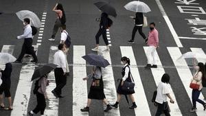 Ciudadanos protegidos por mascarilla en Tokio.