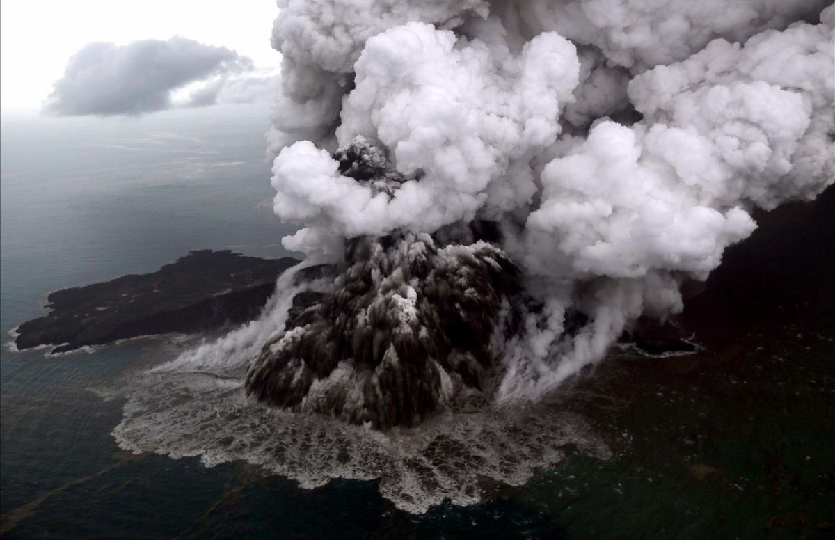 Fotografía aérea del volcán Anak Child Krakatoa en erupción en el estrecho de Sunda, frente a la costa del sur de Sumatra y el extremo occidental de Java.