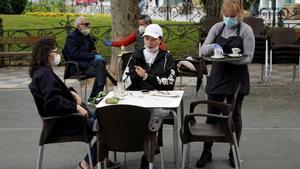 Gente con mascarilla, en una plaza de Cuenca.