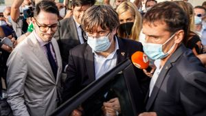 Carles Puigdemont tras salir de la cárcel la tarde de este viernes en Cerdeña.