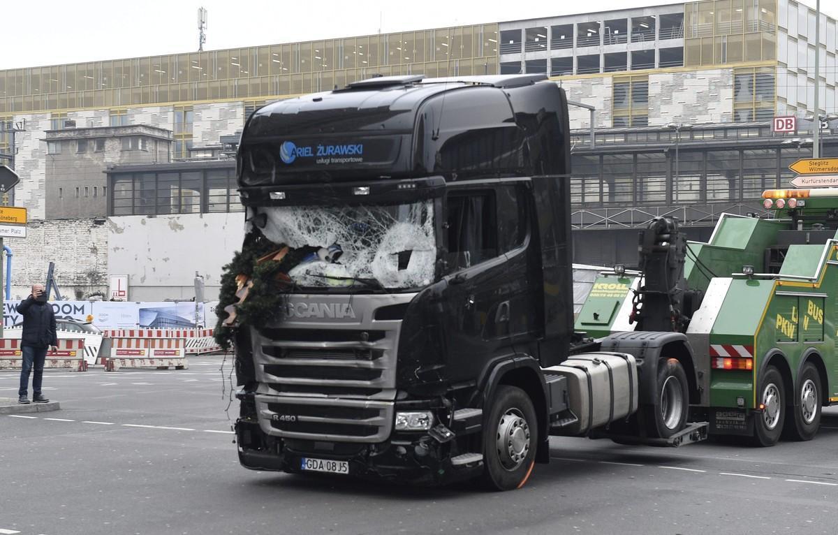 Imagen del camión que arrolló a los visitantes de un mercadillo navideño en el centro de Berlín.