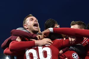 Los jugadores del Liverpool se abrazan tras la clasificación ante el Barça.