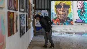 Un artista visita la exposición B-Local, en la Nau Bostik de Barcelona, este miércoles 18 de noviembre