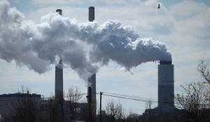 Columna de humo en una planta de producción eléctrica por carbón en Baltimore (Maryland).