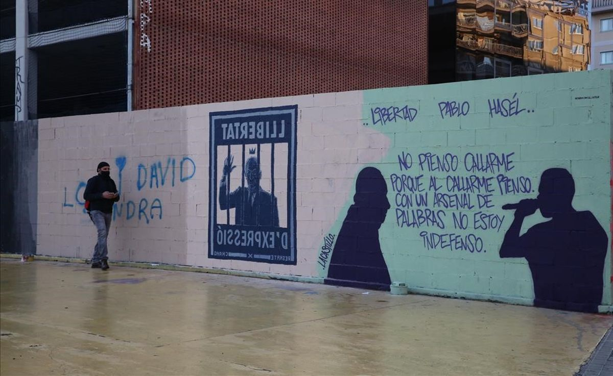 Nuevas pintadas en favor de Hasél en el lugar donde el ayuntamiento de Barcelona borró el grafiti del rey emérito.