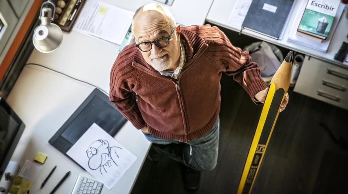 José Luis Martín, en su estudio, donde dibuja a lápiz, aunque luego escaneala tira y la pasaa ordenador.