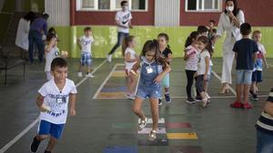 Los alumnos del Liceo Hispano de Paterna que prueban un programa que mediante tarjetas y tecnología bluetooth advierten de rupturas de los grupos burbuja