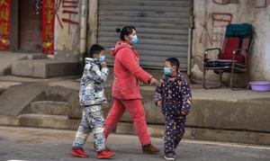 Una familia se protege con máscaras en Wuhan.