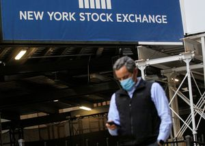 Un agente de bolsa, en Wall Street, el lunes.