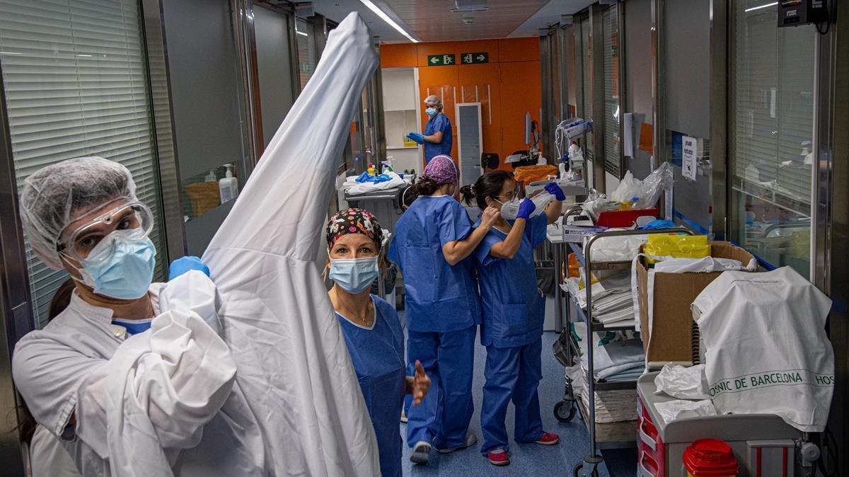 Sanitarios en la UCI del Hospital Clínic.