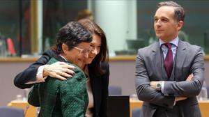 La ministra española Arancha González Laya con dos de sus colegas en Bruselas.