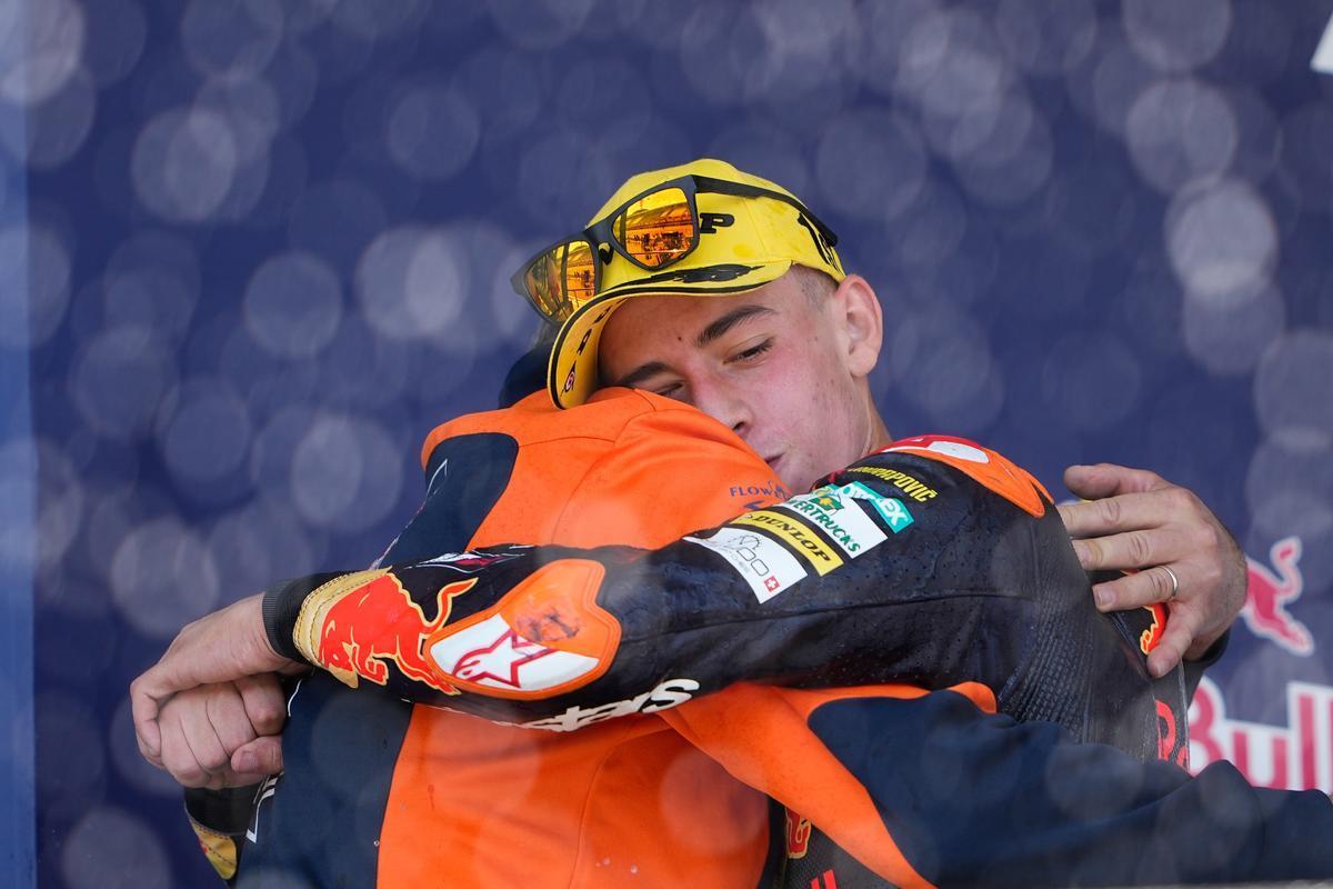 Pedro Acosta (KTM) se abraza, en Jerez, a su entrenador Paco Mármol.