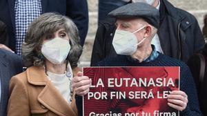 La exministra de Sanidad Maria Luisa Carcedo, junto a Angel Hernandez (que ayudo a morir a su mujer, enferma de esclerosis multiple), celebran frente al Congreso la aprobacion de la ley de la eutanasia, el 17 de diciembre.