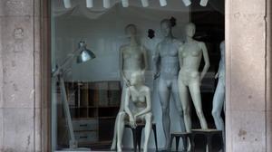 Imagen de archivo de una tienda de ropa de Barcelona cerradapor el estado de alarma.