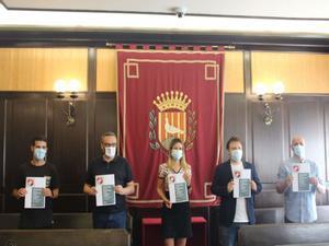 Los portavoces de los cuatro grupos municipales de Santa Coloma junto a la alcaldesa, Núria Parlon, en la firma del Pacto de Ciudad.