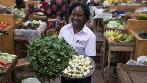La agrónoma Liz Kizito, una de las protagonistas de la serie Científicas Africanas en Movimiento,en el mercado de Jinja (Uganda), de vuelta de su estancia de investigación en Barcelona.