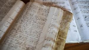 Dos de los 287 volúmenes de 'El llibre de sposalles', que recoge los matrimonios celebrados en la diócesis de Barcelona desde 1451.