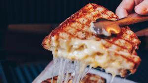 En Auto Rosellón hay piezas generosas con pan de payésy riadas de queso.