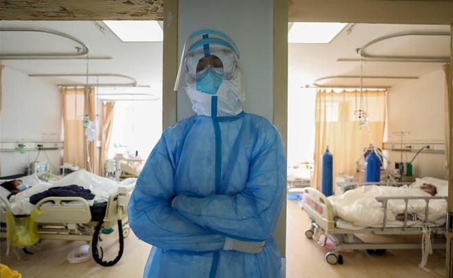 Un médico descansa un momento de su actividad diaria en el Hospital de la Cruz Roja en Wuhan.
