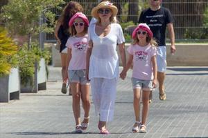 Carmen Thyssen y sus mellizas, a juego por Eivissa