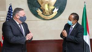 El secretario de Estado de EEUU, Mike Pompeo, y el primer ministro de Sudán, Abdalá Hamdok , el pasado mes de agosto en Jartum.