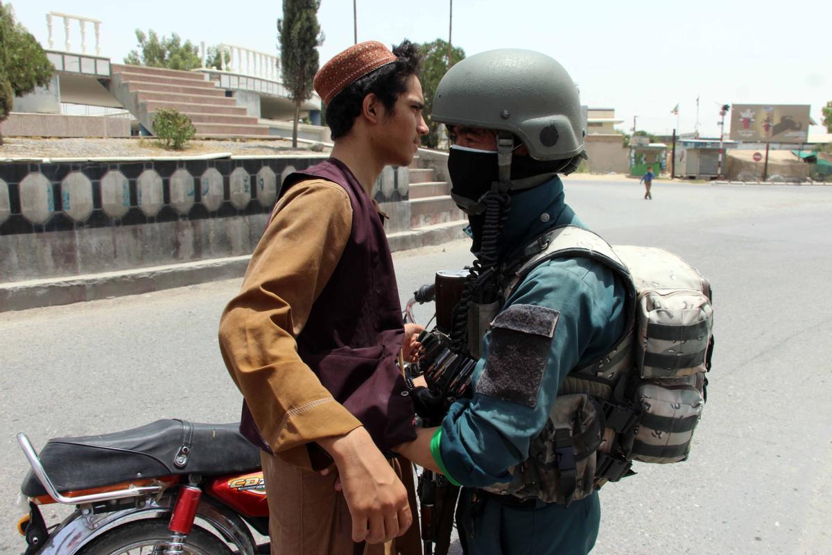 Las tropas afganas aumentan los controles ante el avance talibán.