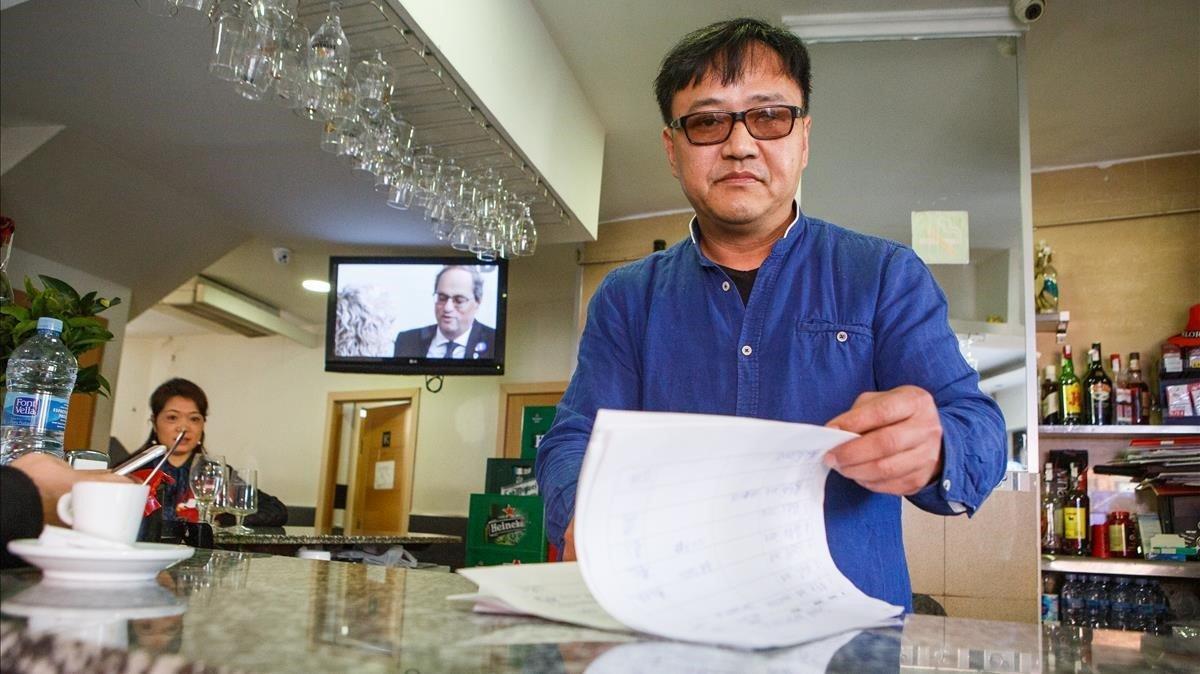 Juan, dueño del bar Juanito de Sabadell, recoge fondos para comprar mascarillas sanitarias y enviarlas a China