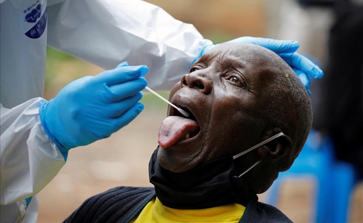 Prueba del coronavirus en el barrio de Kawangware, en Nairobi (Kenia).