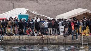 Un grupo de migrantes, en el puerto de Arguineguín.