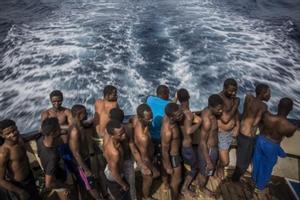 Inmigrantes rescatados en el Mediterráneo central, a bordo del 'Golfo Azurro', el barco de Proactiva Open Arms.