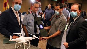 Presentación del sistema de protección antidrones de los Mossos. En la foto, el 'conseller' Miquel Buch; el director de los Mossos, Pere Ferrer, y el comisario jefe,Eduard Salent, con un técnico que muestra un inhibidor de drones.