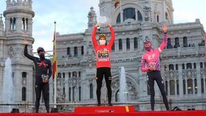 El podio final de la Vuelta, con Roglic, en el centro, Carapaz (izquierda) y Carthy.