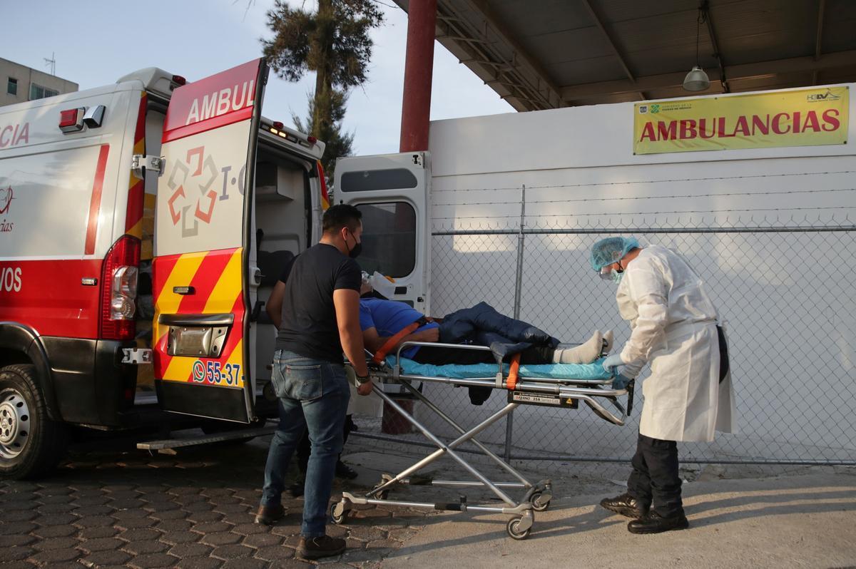 Un sanitario traslada a un enfermo de coronavirus en Ciudad de México.