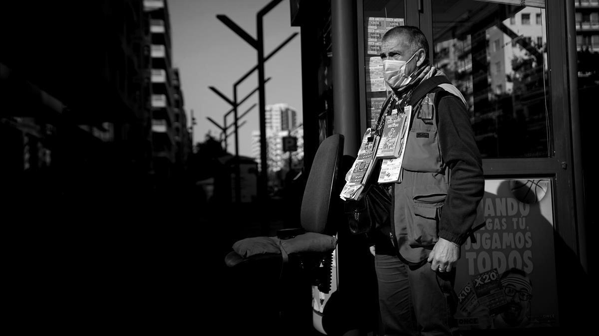Javier, vendedor de la ONCE, cree que la incertidumbre del covid no ayuda al negocio.