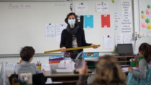 Una profesora da clase con mascarilla en una escuela de Groix, el pasado mes de mayo.