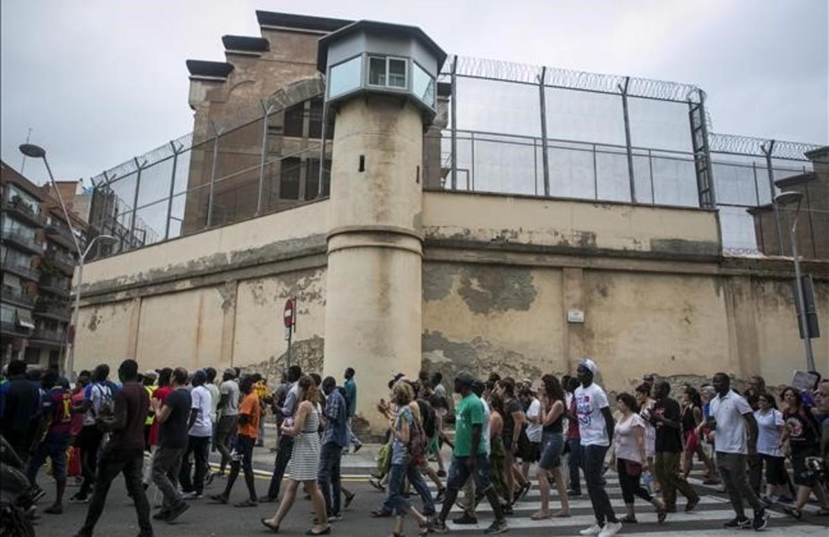Cerca de 200 personas participaron la tarde del domingo en la manifestacion de manteros frente a la cárcel Modelo.